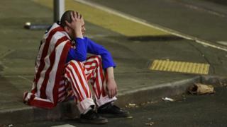 Мужчина на улице Сиэтла в ночь выборов 45-го президента США