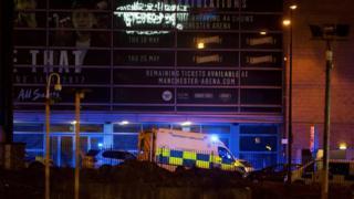 警車和救護車在曼徹斯特體育場外集結。