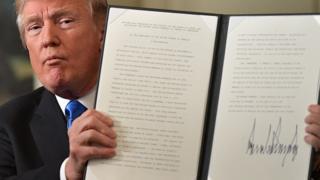 ประธานาธิบดีทรัมป์ถือคำประกาศยอมรับเยรูซาเลมเเป็นเมืองหลวงของอิสราเอลที่เขาลงนามเมื่อวันที่ 6 ธ.ค.