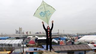 Calais'deki kampta bir çocuk uçurtma uçuruyor