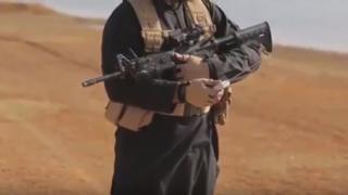 Video menunjukkan, seorang militan ISIS menyalakan api dari jarak jauh untuk membakar dua serdadu Turki hidup-hidup.