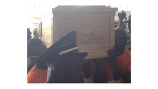 La dépouille de l'international ivoirien de Cheick Tioté, décédé brutalement le 5 juin dernier en Chine, est arrivée jeudi à Abdijan.