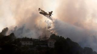 Пожежний літак намагається загасити лісову пожежу Карросі поблизу Ніцци