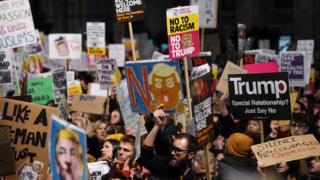 除了在美国多地的抗议外,伦敦等英国多个城市周一晚间也举行了大规模的抗议活动。