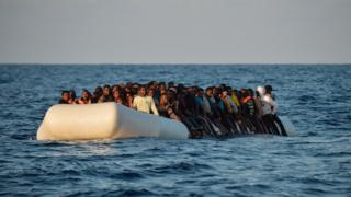 Birleşmiş Milletler Mülteciler Yüksek Komisteri Filippo Grandi, plastik botlara 100-150 kişinin bindirilmesinin batan gemilerin esas nedeni olduğunu söylüyor.