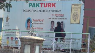 Pakistan'ın Pencab Eyaleti'ndeki mahkeme, bu okullardaki öğretmenlerin sınır dışı edilmesi halinde, bunun çocukların eğitimlerini etkileyeceği görüşüne vardı.