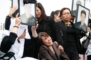 劉少堯遺孀(中)在悼念儀式上(2/4/2017)