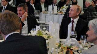 Flynn iyo Putin oo is ag fadhiya ayaa hadda ka hor la sawiray