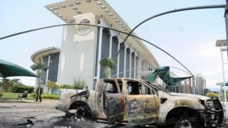 Des carcasses de voitures calcinées retrouvées autour du palais présidentiel.
