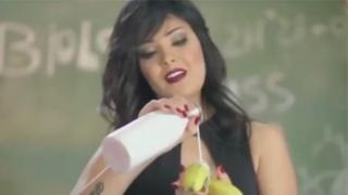 夏玛被判入狱两年,因其穿着内衣出现在音乐视频中,并用充满性暗示的方式吃了一根香蕉。