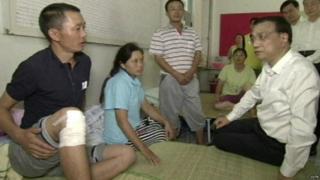 Premier Li Keqiang visits victims at a hospital on 16 August 2015