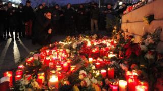 Политики и граждане собрались, чтобы почтить память жертв нападения