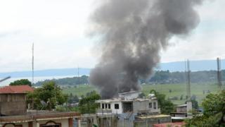Nyumba hii iliyoko mjini Marawi, Ufilipino inafuka moshi baada ya kulipuliwa na bomu kutoka angani