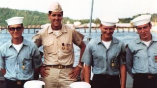 John Kerry và đồng đội tại Việt Nam, trong một hình tư liệu