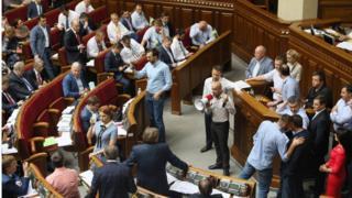 Під час розгляду питання про КС депутати деякий час блокували трибуну, вимагаючи зняття депутатської недоторканості