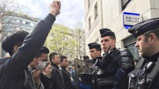 French police face off with members of the Chinese community during a protest demonstration outside a police station in Paris (28 March 2017)