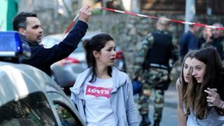 Jóvenes evacuadas de la secundaria en Grasse.
