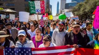 'Göçmensiz bir Amerika' protestosu için binlerce göçmen okula ve işe gitmeyerek Başkan Donald Trump'a tepkilerini gösterdi.