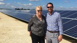 Paneles solares y empleados de la firma desarrolladora de Babcock Ranch