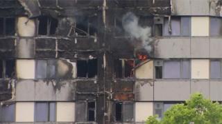 ยังพบเปลวเพลิงที่ชั้นล่างของตึกเกรนเฟลล์ ทาวเวอร์ ทางตะวันตกของกรุงลอนดอน
