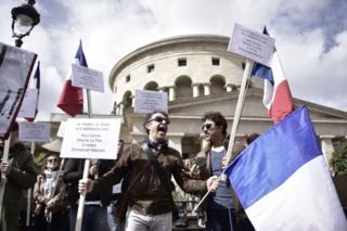 Fransız Demokratik İş Konfederasyonu (CFDT) ve Öğrenci Birlikleri Konfederasyonu (UNSA) gibi kuruluşlar, Paris'teki Bataille de Stalingrad meydanında toplandı.