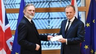 سفير بريطانيا في بروكسيل، سير تيم بارو، ورئيس المجلس الأوروبي دونالد تاسك