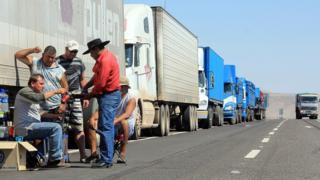 Camiones en la ruta entre Bolivia y Chile.