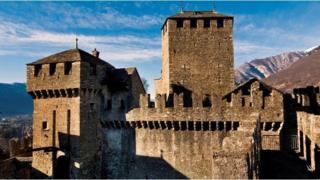 位於瑞士和意大利接壤處的貝林佐納 (Bellinzona) 城堡的城垛,在中世紀土地戰爭中意義重大