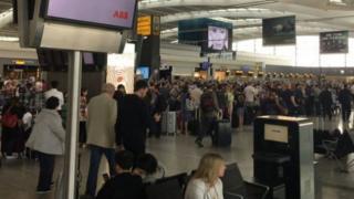 Msongamano wa abiria wa kampuni ya British Airways katika uwanja wa ndege wa Heathrow