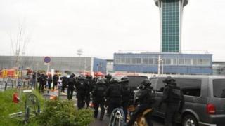 फ्रांस के एयरपोर्ट पर सैनिक पर हमला