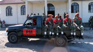 Selon les mêmes témoins, les assaillants ont surgi dans l'enceinte du commissariat et ont ouvert le feu sur la police qui a répliqué.