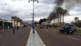Un bus de touristes en feu après l'explosion d'une bombe en 2014 à Taba dans le Sinai (illustration)