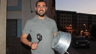 Moroccan activist Nasser Zefzafi banging on a pot during a protest in the northern city of al-Hoceima (06 May 2017)