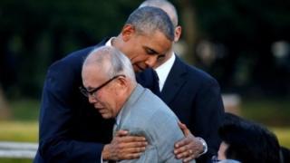 被爆者の森重昭さんを抱きしめるオバマ氏