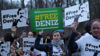 Almanya'nın başkenti Berlin'de Türk Büyükelçiliği önünce Deniz Yücel için yapılan protesto
