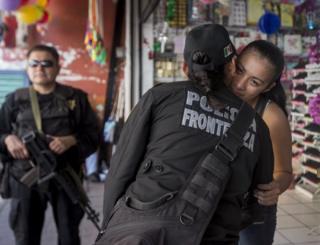 La sargento López saludando a una amiga.