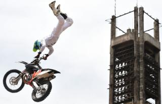 A South African freestyle motor cross rider performs during a carnival to mark 50 month-long celebrations on May 13, 2017 in Lagos. A carnival was held with captivating cultural displays, traditional costumes and folk music to showcase the state rich cultural tradition at the event.