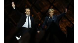 Emmanuel Macron et sa femme célébrant sa victoire au Louvre