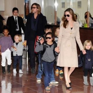 Питт и Джоли с детьми