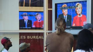 討論会の様子を見る人々