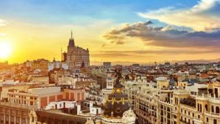 Испания живет в одном временном поясе с Сербией, которая лежит на две с половиной тысячи километров восточнее
