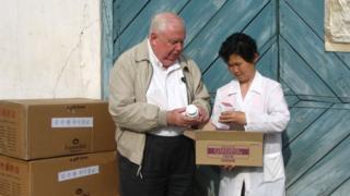 북한을 방문한 제리 해먼드 신부가 구호물품을 점검하고 있다.