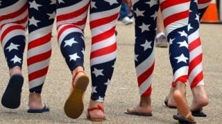 ABD bayrağı desenli taytlarını giymiş kadınlar