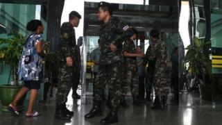 ทหารคุ้มกันบริเวณด้านหน้า รพ.พระมงกุฎเกล้า หลังเหตุระเบิดในวันครบรอบ 3 ปี รัฐประหาร (22 พ.ค.)