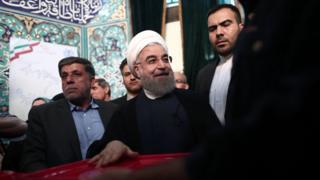 伊朗总统鲁哈尼(图中)