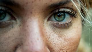 Un rostro de mujer en un plano muy cerrado