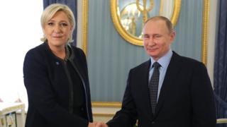 Vladimir Putin Marine Le Pen tokalşıyor