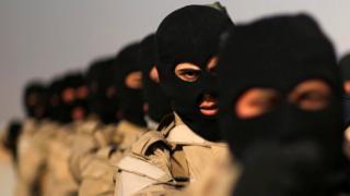 مجموعة من مقاتلي الحشد الشعبي تقوم بتدريبات في ضواحي مخمور قرب الموصل
