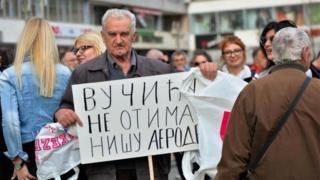 """Nišlija sa transparentom na kome piše """"Vučuću ne otimaj Nišu aerodrom"""""""