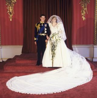 เจ้าชายและเจ้าหญิงแห่งเวลส์ที่พระราชวังบัคกิงแฮม หลังพิธีอภิเษกสมรสที่โบสถ์เซนต์ปอล วันที่ 29 ก.ค. 1981